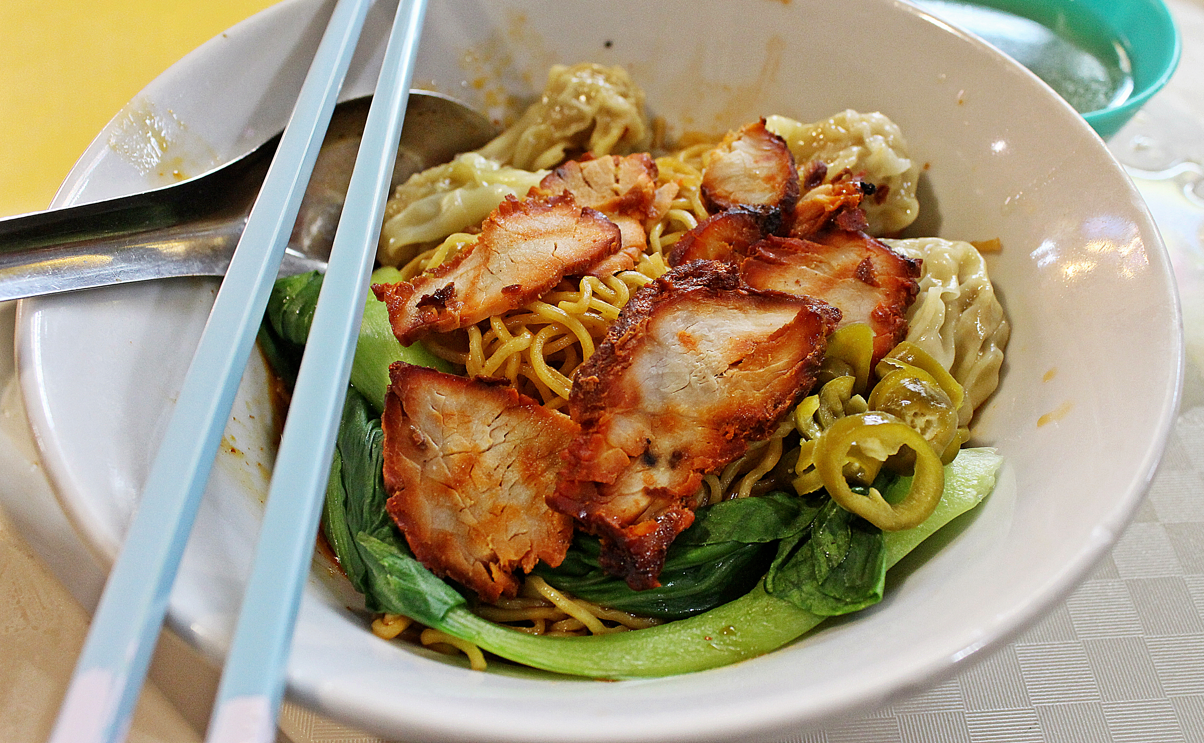 wanton wonton mee soup dumplings yellow noodles char siew roast pork green vegetables leafy singapore malaysia traditional hawker street food